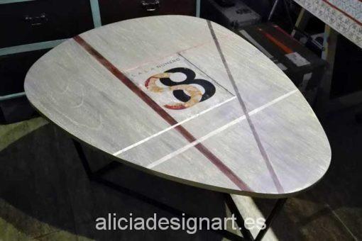 Ejemplo de mesa decorada con logotipo de la Sala 8, para stand o empresas - Decoración de muebles antiguos estilo Shabby Chic, Provenzal, Romántico, Nórdico