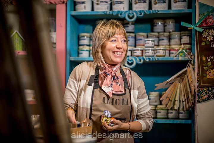 Alicia Domínguez en el taller de Alicia Designart - Decoracíon de muebles antiguos estilo Shabby Chic, Provenzal, Rómantico, Nórdico