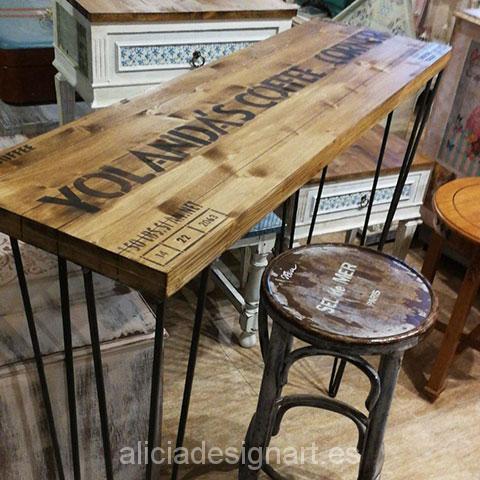 Original mesa alta de cocina a medida por encargo. Tablero macizo de abeto decorado en estilo retro industrial. Patas horquilla forjadas bajo pedido, de hierro macizo, 3 varillas.