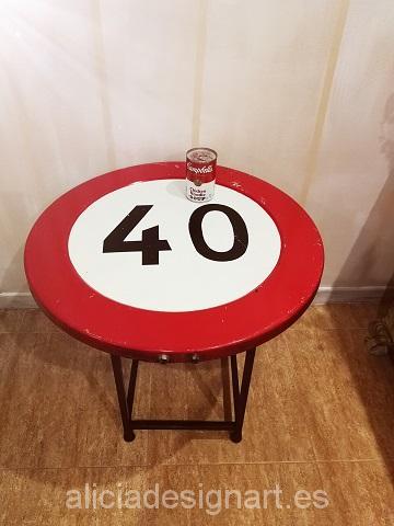 mesa-retro-vintage-reciclada-de-hierro-hecha-a-mano-estilo-industrial-señal-de-tráfico-prohibido-circular-a-más-de-40-km-detalle-del-sobre-Alicia-Designart.