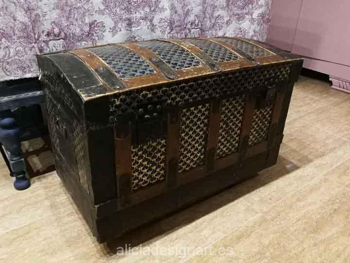 Baúl antiguo decorado estilo Boho Chic y stencil - Taller decoracíon de muebles antiguos Madrid estilo Shabby Chic, Provenzal, Rómantico, Nórdico