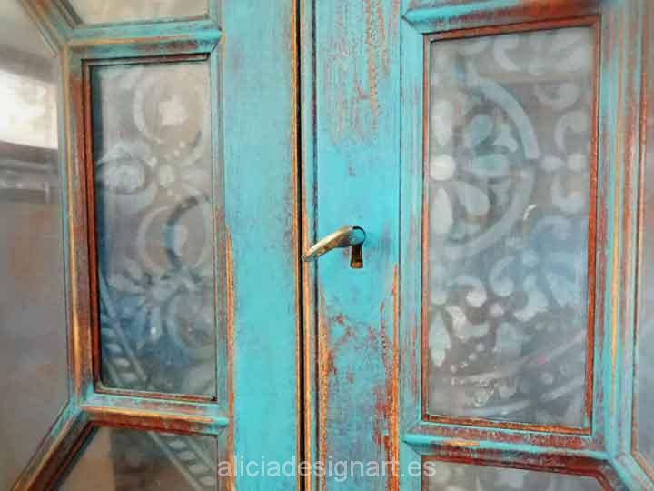 Decoración de mueble antiguo: Escritorio vitrina estilo Boho Chic azul con stencil