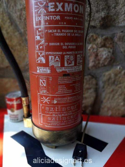 Extintor industrial antiguo convertido en lámpara de mesa Steampunk - Taller decoración de muebles antiguos Madrid estilo Shabby Chic, Provenzal, Rómantico, Nórdico