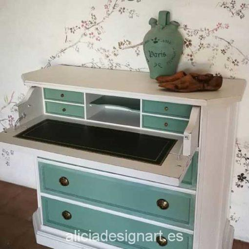 Escritorio antiguo decorado por encargo en verde y blanco. Mueble de colores. Decoración por encargo.