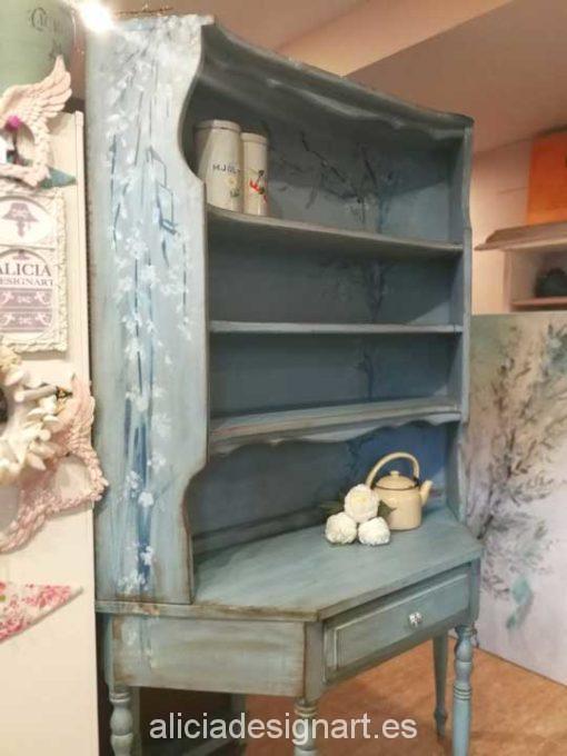 Alacena curvada rústica azul con flores pintadas a mano - Taller de decoración de muebles antiguos Madrid. Muebles de colores, productos y cursos.