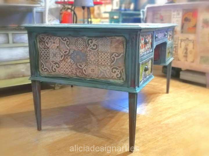 Mesa escritorio vintage pintada a mano y decorada con découpage - Taller de decoración de muebles antiguos Madrid. Muebles de colores, productos y cursos.