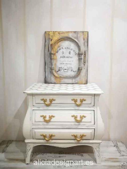 Mesita vintage bombée decorada estilo Shabby Chic blanco con stencil - Taller de decoración de muebles antiguos Madrid. Muebles de colores, productos y cursos.