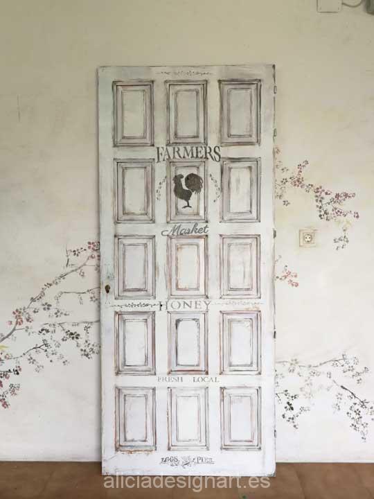 Puerta vintage a cuerterones decorada estilo Shabby Chic rústico blanco con stencil - Taller de decoración de muebles antiguos Madrid. Muebles de colores, productos y cursos.