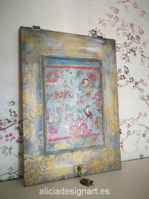Puerta cuadro decorada con stencil dorado y decoupage tucán - Taller decoración de muebles antiguos Alicia Designart Madrid.