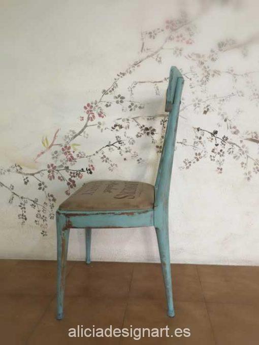 Silla de madera maciza estilo vintage azul con stencils - Taller decoración de muebles antiguos Alicia Designart Madrid.