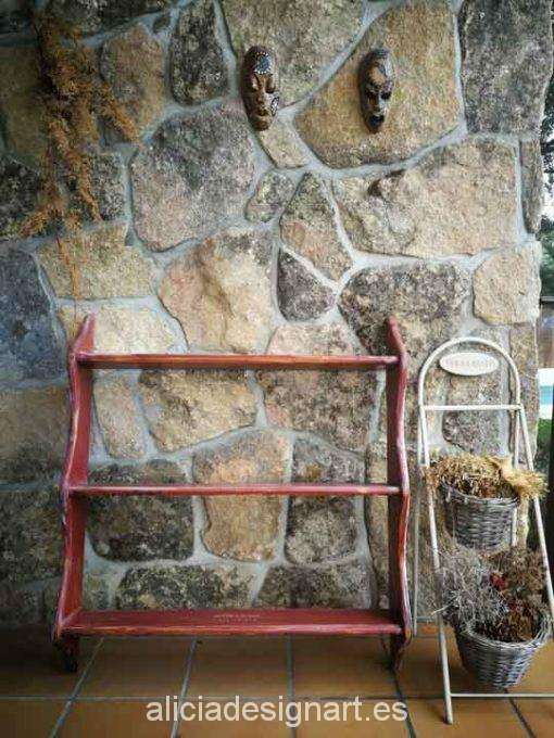 Estantería con tres estantes decorada estilo rústico de color rojo - Taller de decoración de muebles antiguos Alicia Designart Madrid.