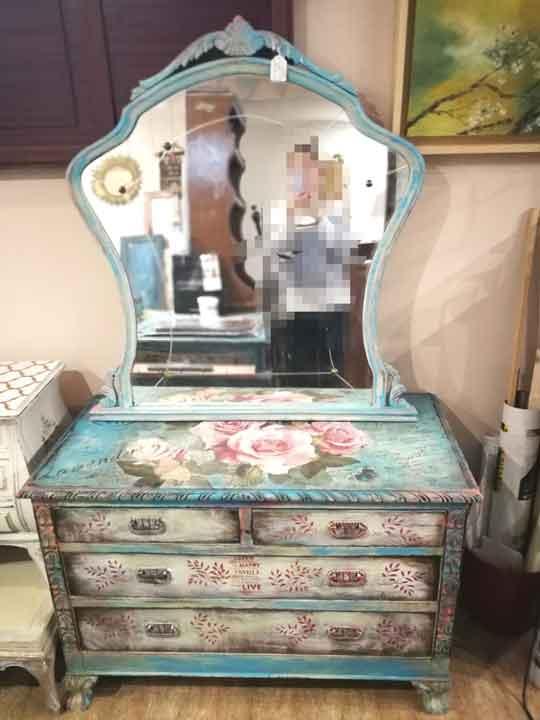 Cómoda antigua de castaño macizo con espejo decorada fusión Boho Shabby con rosas - Taller de decoración de muebles antiguos Madrid. Muebles de colores, productos y cursos.