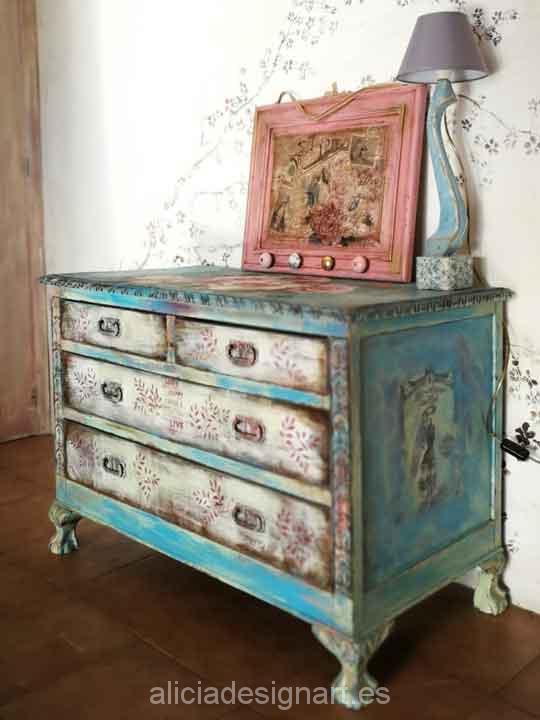 Cómoda antigua de castaño macizo decorada fusión Boho Shabby con rosas - Taller de decoración de muebles antiguos Madrid. Muebles de colores, productos y cursos.