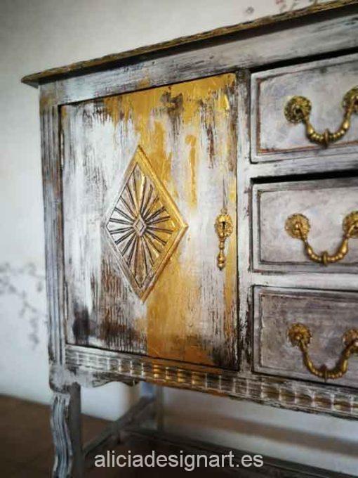 Mostrador antiguo decorado estilo propio de autor por Alicia Domínguez - Taller de decoración de muebles antiguos Madrid. Muebles de colores, productos y cursos.