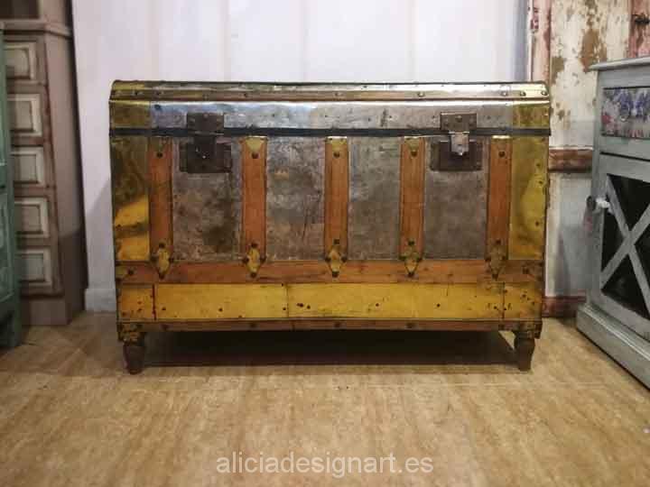 Baúl antiguo de madera maciza recubierto de metal y latón - Taller de decoración de muebles antiguos Madrid. Muebles de colores, productos y cursos.