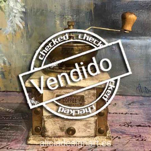 Molinillo de café antiguo de metal y madera tostada para decorar tus espacios - Taller decoración de muebles antiguos Madrid estilo Shabby Chic, Provenzal, Romántico, Nórdico