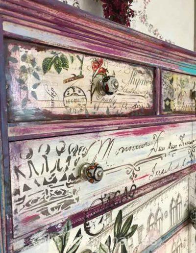 Cómoda sinfonier antigua 9 cajones decorada estilo Boho con rosas y efecto envejecido - Taller de decoración de muebles antiguos Madrid. Muebles de colores, productos y cursos.
