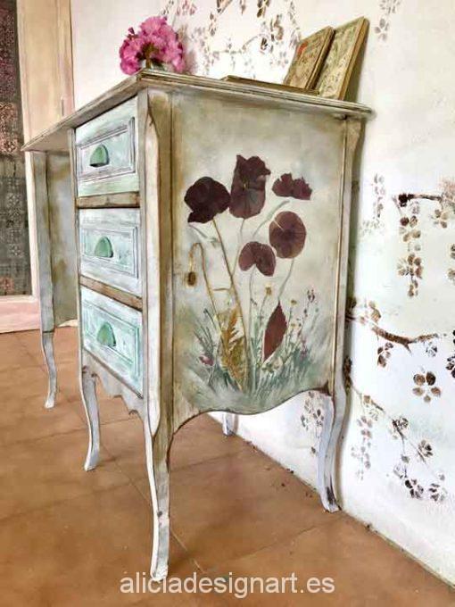 Escritorio estilo Shabby Chic blanco decorado con flores naturales - Taller de decoración de muebles antiguos Madrid. Muebles de colores, productos y cursos.