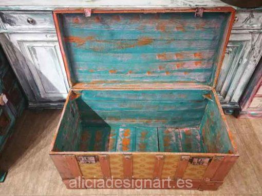Baúl antiguo de madera y metal estilo Boho Chic - Taller de decoración de muebles antiguos Madrid. Muebles de colores, productos y cursos.