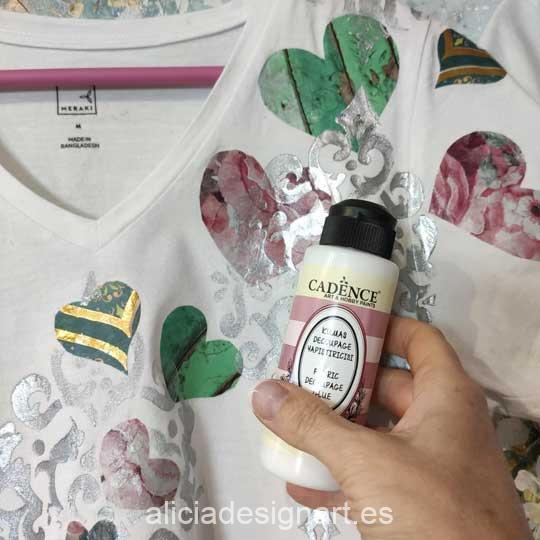 Camiseta realizada con el pegamento para decoupage de papel de arroz sobre tela Cadence 889003 - Tienda de productos de decoración para muebles antiguos