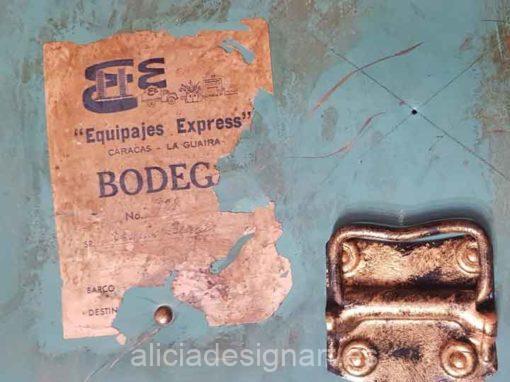 Baúl antiguo de madera y chapa esmeralda Vintage - Taller de decoración de muebles antiguos Alicia Designart Madrid. Muebles de colores, productos y cursos.