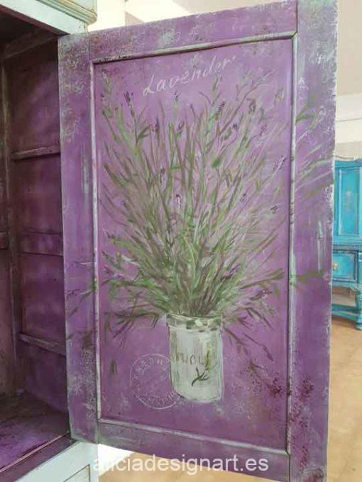 Armario antiguo con espejo decorado estilo Shabby Chic con lavandas pintadas - Taller de decoración de muebles antiguos Alicia Designart Madrid.