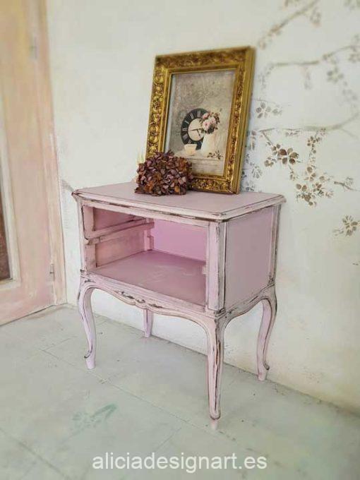 Mesita vintage decorada estilo Shabby Chic rosa con stencil de flamenco - Taller de decoración de muebles antiguos Madrid. Muebles de colores, productos y cursos.