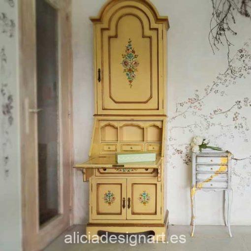 Vitrina escritorio antigua de madera maciza decorada en color amarillo pastel - Taller decoración de muebles antiguos Madrid estilo Shabby Chic, Provenzal, Rómantico, Nórdico