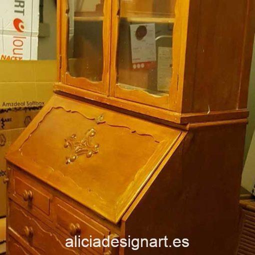 Escritorio vitrina decorada por encargo - En Alicia Designart Madrid buscamos y decoramos muebles por encargo.
