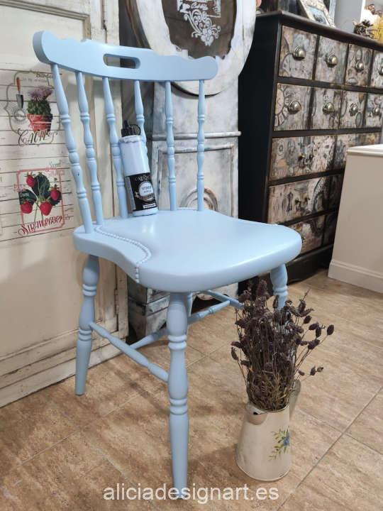 Ejemplo de silla decorada con la pintura Hybrid azul suave h-036 de Cadence - Taller decoración de muebles antiguos Madrid estilo Shabby Chic, Provenzal, Romántico, Nórdico