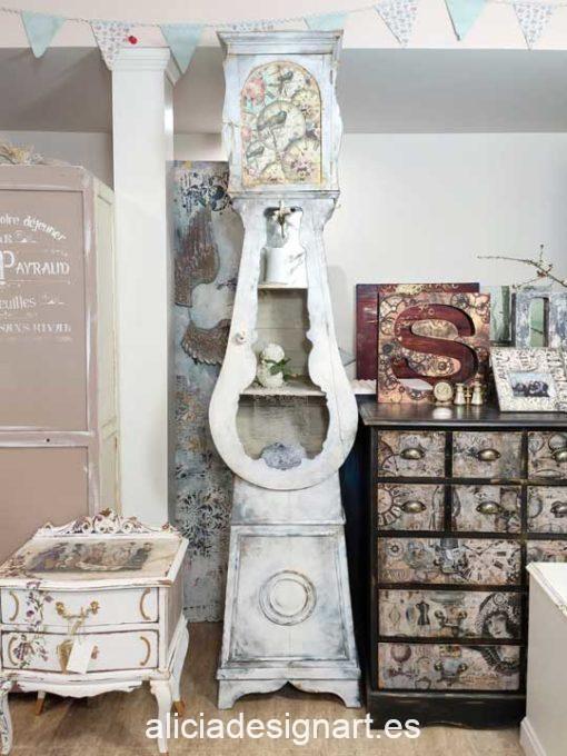 Reloj Estantería decorada estilo Shabby Gustaviano con cristal grabado - Taller de decoración de muebles antiguos y recuperados en Madrid. Muebles de colores, productos y cursos.