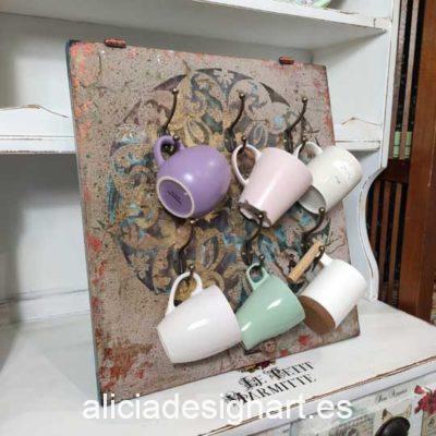 Colgador de tazas con mandala realizado con una puerta de madera reciclada decorado estilo shabby chic - Taller decoración de muebles antiguos Madrid estilo Shabby Chic, Provenzal, Romántico, Nórdico