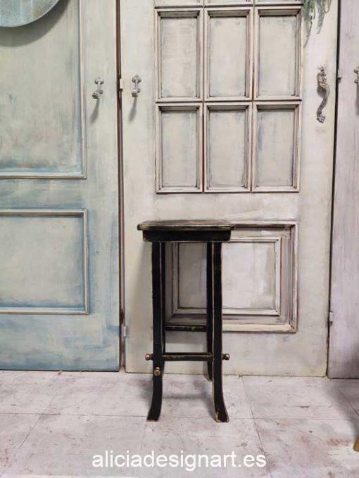 Mesita auxiliar antigua lacada en negro con découpage estilo oriental - Taller de decoración de muebles antiguos Madrid. Muebles de colores, productos de decoración y cursos.