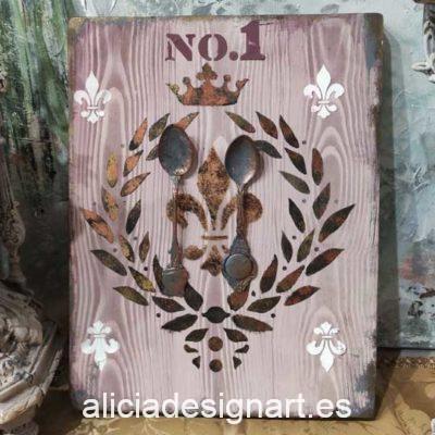 Cuadro decorativo en madera reciclada con cubiertos antiguos y stencil corona de laureles - Taller decoración de muebles antiguos Madrid estilo Shabby Chic, Provenzal, Romántico, Nórdico