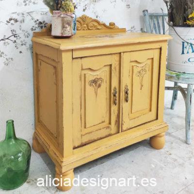 Mesita asturiana antigua de madera maciza color mostaza Amélie - Taller de decoración de muebles antiguos Madrid. Muebles de colores, productos de decoración y cursos.