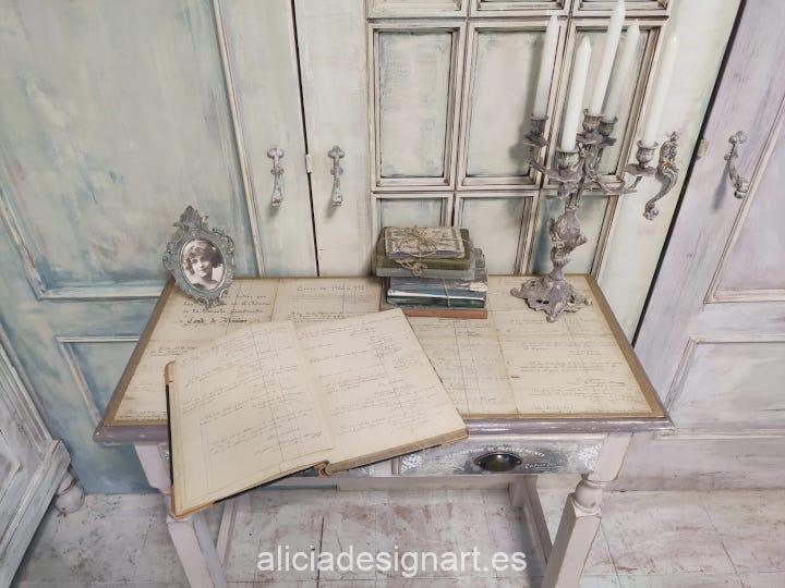 Escritorio vintage decorado con découpage de hojas manuscritas antiguas - Taller de decoración de muebles antiguos Madrid. Muebles de colores, productos y cursos.