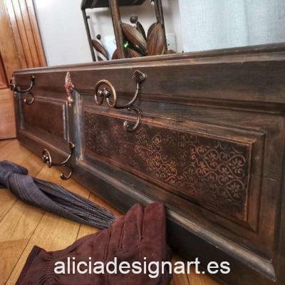 Puerta antigua de pino macizo reciclada en perchero Dandy por Anabel - Taller de decoración de muebles antiguos Madrid. Muebles de colores, productos y cursos.