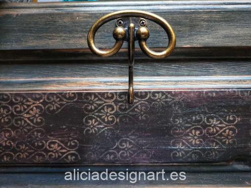 Puerta antigua de pino macizo reciclada en perchero Dandy por CascaBel - Taller de decoración de muebles antiguos Madrid. Muebles de colores, productos y cursos.