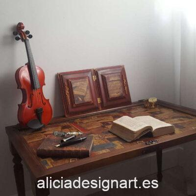 Mesa auxiliar partitura realizada con una puerta antigua recuperada y decorada, por Pintando Sueños - Taller de decoración de muebles antiguos Madrid. Muebles de colores, productos y cursos.