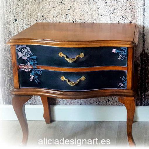 Juego de mesillas de noche Twin Set de madera maciza, restauradas y decoradas con muchos detalles, por Pintando Sueños - Taller de decoración de muebles antiguos Madrid. Muebles de colores, productos y cursos.