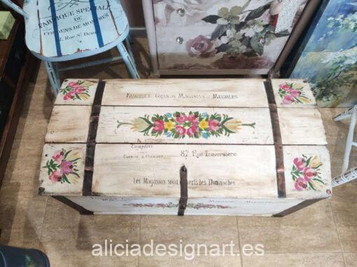 Baúl antiguo de madera maciza decorado con flores pintadas a mano alzadas y estilo campestre - Taller de decoración de muebles antiguos Alicia Designart Madrid. Muebles de colores, productos y cursos.