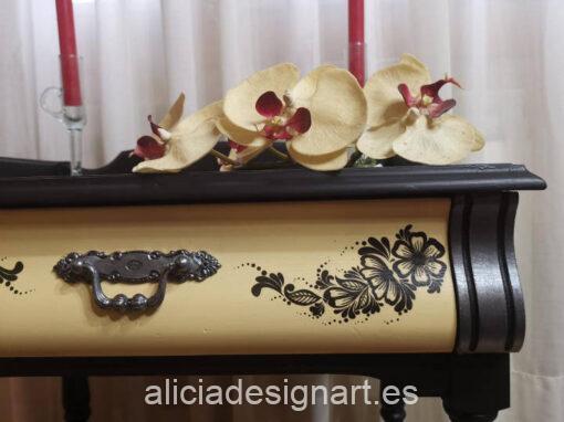 Mesita auxiliar Lucrecia restaurada y decorada, por CascaBel - Taller de decoración de muebles antiguos Madrid. Muebles de colores, productos y cursos.