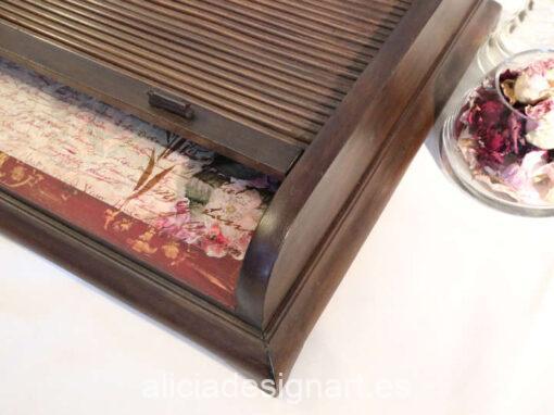 Escritorio de sobremesa de nogal Jardín Secreto, restaurado y decorado por Mercedes Lomas - Taller de decoración de muebles antiguos Madrid. Muebles de colores, productos y cursos.