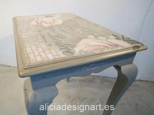 Mesa auxiliar París, restaurada y decorada por Mercedes Lomas - Taller de decoración de muebles antiguos Madrid. Muebles de colores, productos y cursos.