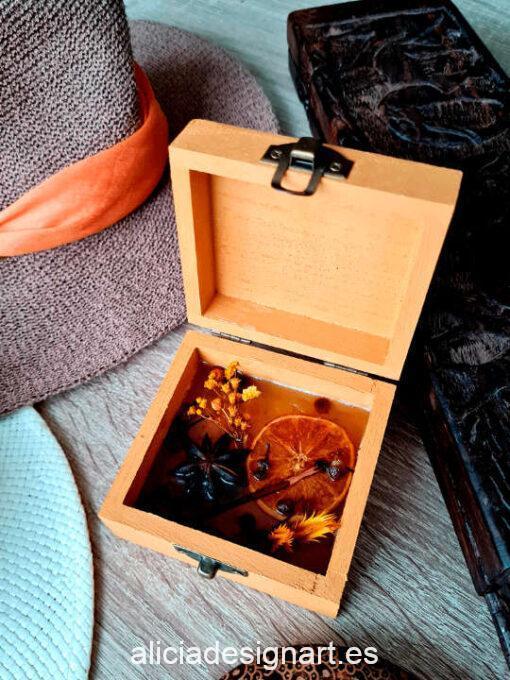 Cajita ambientadora con mariposa y aroma a cítricos creada y decorada por Mónica - Taller de decoración de muebles antiguos Madrid. Muebles de colores, productos y cursos.