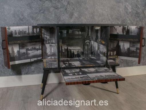 Mueble bar midcentury Cosmopolitan decorado con papel pintado y stencil estilo Art Déco, por Pintando Sueños - Taller de decoración de muebles antiguos Madrid. Muebles de colores, productos y cursos.