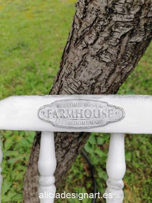 Silla Windsor vintage, de madera maciza, recuperada y decorada estilo Farmhouse, por Pintando Sueños - Taller de decoración de muebles antiguos Madrid. Muebles de colores, productos y cursos.