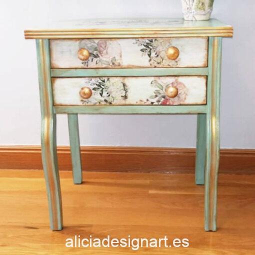 Mesita auxiliar Valentina restaurada y decorada, por CascaBel - Taller de decoración de muebles antiguos Madrid. Muebles de colores, productos y cursos.