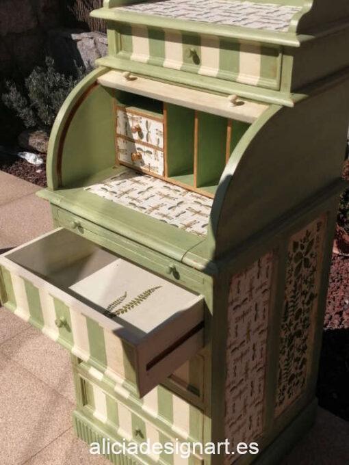 Escritorio de madera maciza Bosque Encantado, restaurado y decorado por Mercedes Lomas - Taller de decoración de muebles antiguos Madrid. Muebles de colores, productos y cursos.