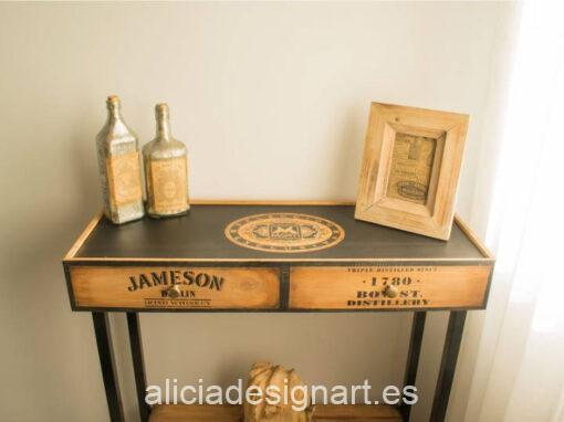 Consola estilo industrial Jamie decorada con stencils y reciclada a patir de una caja de vino, por Pintando Sueños - Taller de decoración de muebles antiguos Madrid. Muebles de colores, productos y cursos.